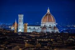 Panorama van Florence met hoofdmonument Duomo Santa Maria del Fiore bij nacht, Florence, Italië stock afbeeldingen