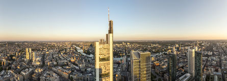 Panorama van Frankfurt-am-Main met wolkenkrabbers Stock Foto