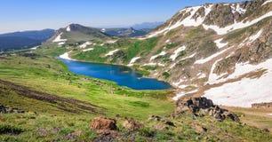 Panorama van Gardner Lake, Beartooth-Pas Pieken van Beartooth-Bergen, het Nationale Bos van Shoshone, Wyoming, de V.S. royalty-vrije stock fotografie