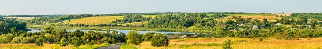 Panorama van Glazovo, een typisch dorp op het Centrale Russische Hoogland, Kursk-gebied van Rusland stock foto
