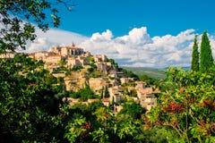 Panorama van Gordes, een kleine middeleeuwse stad in de Provence, Frankrijk Een mening van de richels van het dak van dit mooie d royalty-vrije stock foto's