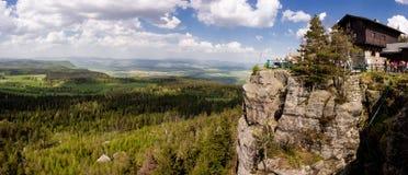 Panorama van Gory Stolowe in Polen, Europa met een chalet stock afbeeldingen