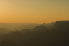 Panorama van Grand Canyon in amberkleuren na zonsondergang Royalty-vrije Stock Fotografie