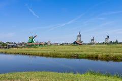 Panorama van groene weide met windmolens in Zaanse Schans, Nederland royalty-vrije stock afbeelding
