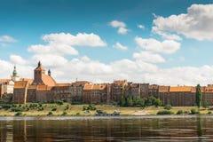 Panorama van Grudziadz, graanschuuren bij Wisla rivier Stock Foto's
