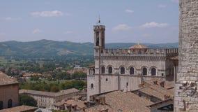 Panorama van Gubbio en de omringende heuvels, Umbrië, Italië stock footage