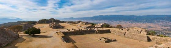Panorama van heilige plaats Monte Alban in Mexico royalty-vrije stock foto's