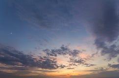 Panorama van hemel bij zonsopgang of zonsondergang Mooie mening van donkere blu Stock Afbeelding