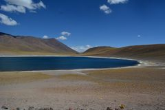 Panorama van hemel en Miniques-Lagune in Chili stock foto