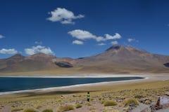 Panorama van hemel en Miniques-Lagune in Chili stock afbeelding