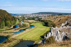 Panorama van Herbrechtingen en de rivier Brenz van de helling Royalty-vrije Stock Foto