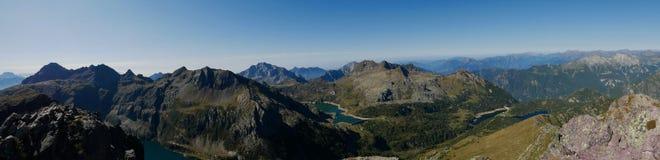 Panorama van het bassin en de dam van meercolombo op de Alpen van Bergamo Royalty-vrije Stock Foto
