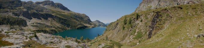 Panorama van het bassin en de dam van meercolombo op de Alpen van Bergamo Royalty-vrije Stock Afbeelding