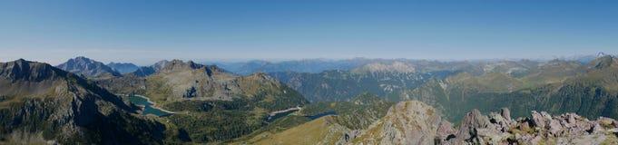 Panorama van het bassin en de dam van meercolombo op de Alpen van Bergamo Stock Fotografie