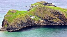 Panorama van het de carrick-a-Rede Kabelbrug en Carrickarede-eiland, het UK stock video