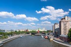 Panorama van het de rivier en Kremlin van Moskou stock afbeeldingen