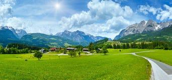 Panorama van het de zomer sunshiny Alpiene land stock afbeeldingen