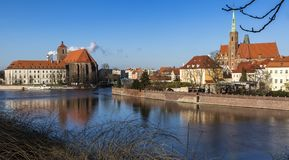 Panorama van het district van Ostrow Tumski in Wroclaw-stad met Collegiale Kerk van het Heilige Kruis en St Bartholomew, Kathedra Royalty-vrije Stock Afbeelding