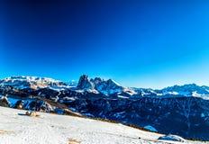 Panorama van het Dolomiet met chalet, snow-capped pieken en mede stock afbeeldingen
