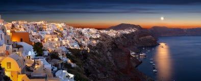 Panorama van het dorp van Oia op het Eiland Santorini met volle maan Stock Fotografie