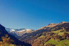 Panorama van het dorp van Vättis en brug tegen de achtergrond van de Zwitserse Alpen bij zonsondergang St Gallen, Zwitserland royalty-vrije stock fotografie