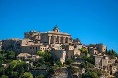 Panorama van het dorp van Gordes bovenop een heuvel stock afbeeldingen