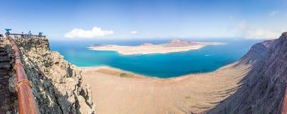 Panorama van het eiland van La Graciosa, luchtmening van Mirador del Rio in Lanzarote, Canarische Eilanden Spanje Stock Foto
