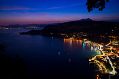 Panorama van het Garda-Meer vanaf de bovenkant van de heuvel Stock Foto
