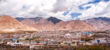 Panorama van het gebouw van Lhasa met de berg Stock Foto