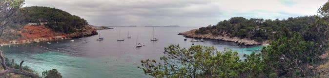 Panorama van het glasheldere blauwe oceaanoverzees van Ibiza stock fotografie