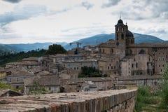 Panorama van het hertogelijke paleis van Urbino in centraal Italië met een dramatische hemel royalty-vrije stock foto