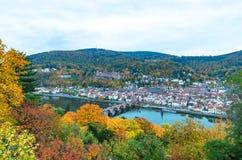 Panorama van het historische centrum die van Heidelberg's met oude brug de Rivier van Neckar en het middeleeuwse kasteel op hil Stock Foto's