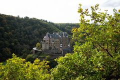 Panorama van het kasteel van Burg Eltz in de herfst royalty-vrije stock foto's