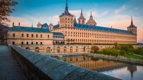 Panorama van het klooster en de koninklijke plaats Gr Escorial in Spanje bij zonsondergang in daling royalty-vrije stock fotografie