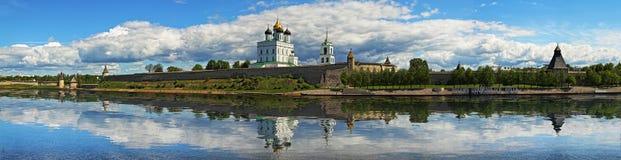 Panorama van het Kremlin en de Drievuldigheidskathedraal in Pskov Royalty-vrije Stock Foto