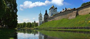 Panorama van het Kremlin en de Drievuldigheidskathedraal in Pskov Royalty-vrije Stock Afbeeldingen