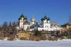 Panorama van het Kremlin in Rostov Groot op de dag van de winter, mening van het meer Nero, stock fotografie