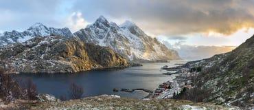 Panorama van het landschap van de mysticusavond op Lofoten-eilanden Stock Foto's
