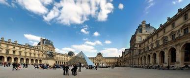 Panorama van het Louvre in Parijs Stock Foto's