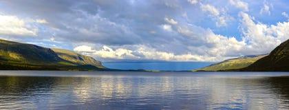 Panorama van het Meer Seydyavr achter de Noordpoolcirkel op Kola Peninsula Stock Foto