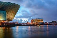 Panorama van het Oosterdok-kanaal in Amsterdam met de rug van Nemo Science Museum op de linkerzijde stock foto