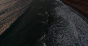 Panorama van het overzees aan de bergen De golven rollen over elkaar stock videobeelden