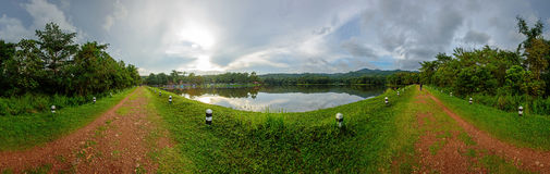 Panorama van het park van de meermening Stock Fotografie