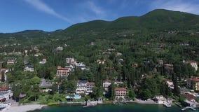 Panorama van het schitterende die Meer Garda door bergen, Italië wordt omringd Video die met hommel schieten stock footage