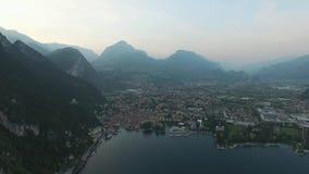 Panorama van het schitterende die Meer Garda door bergen, Italië wordt omringd Video die met hommel schieten stock video