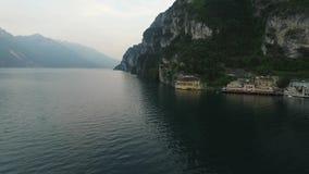 Panorama van het schitterende die Meer Garda door bergen, Italië wordt omringd Video die met hommel schieten stock videobeelden