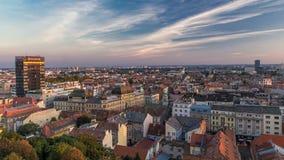 Panorama van het stadscentrum timelapse, capitol van Zagreb van Kroatië, met postgebouwen, musea en kathedraal in stock video