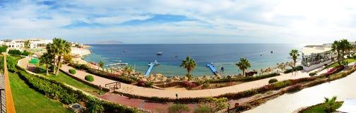 Panorama van het strand bij luxehotel Stock Foto