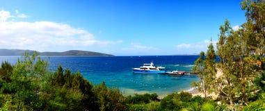 Panorama van het strand met recreatiejacht Stock Afbeeldingen
