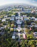 Panorama van het tentoonstellingscentrum en de stad van Kiev op een de lentedag, de Oekraïne Foto van de hommel Stock Afbeelding